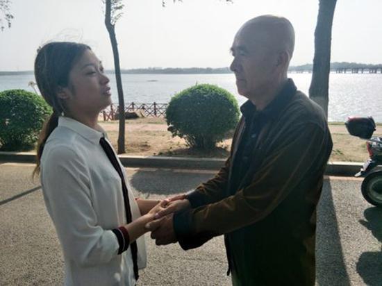 6月4日下午,刘女士一家人来到丁香湖岸边,对王先生的救命之恩表示感谢。读者供图