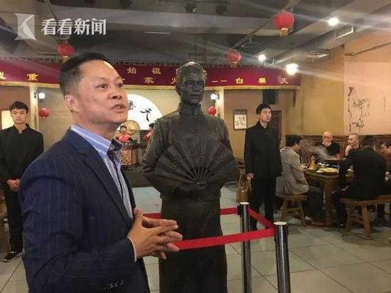 """白乐天老板余勇与他炮制出的""""火锅始祖""""铜像"""