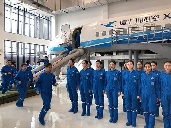 6月5日,厦航台湾籍乘务员在海峡职工论坛现场展示航空应急撤离。