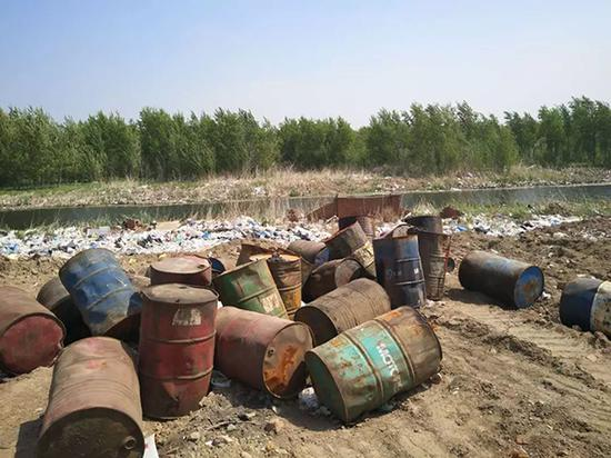 小月亮湾垃圾场东侧废油桶贮存点。 本文图片生态环境部微信公号