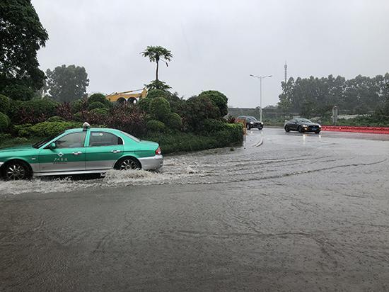 广外附设外语学校的考场外,部分街道出现了水浸街。 本文图片澎湃新闻记者 李思文