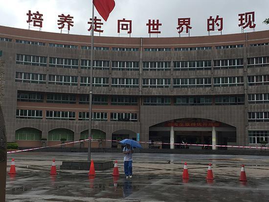 第一名考生走出广外附设外语学校考场。