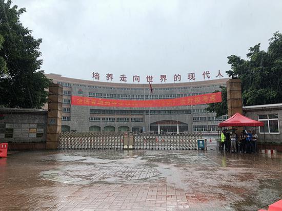 家长冒雨在考场外等候。