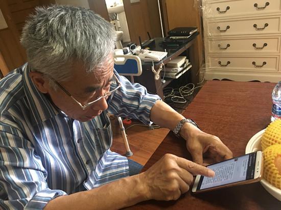 2018年6月4日上午,张国夫阅读同学们的微信。 澎湃新闻见习记者 朱奕奕 图