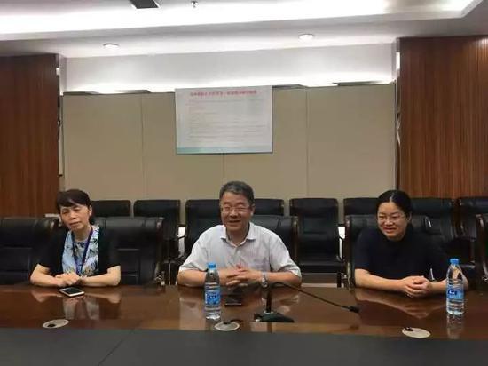 从左到右分别是赵红琴、卢中秋、颜笑健三位医生