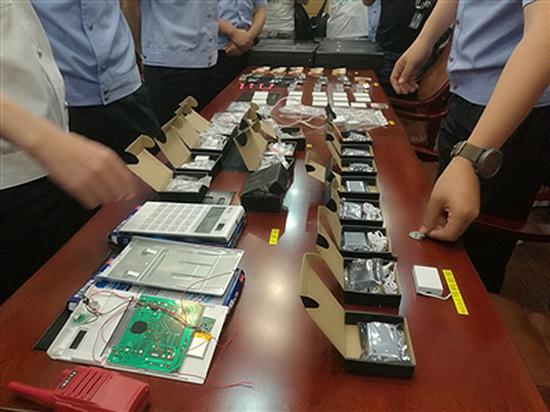 警方缴获的作弊器材 警方供图