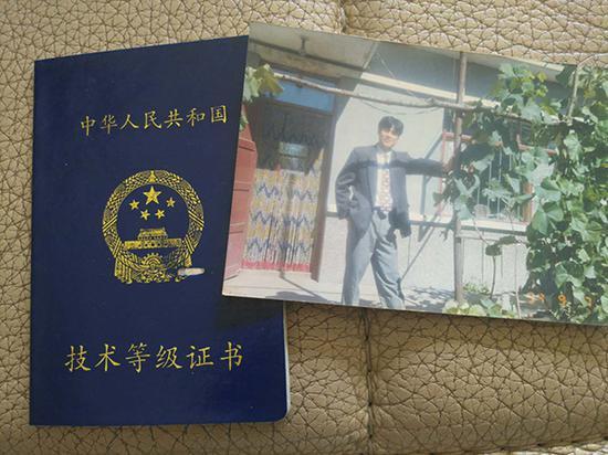 周恩义的照片及其职业证书。