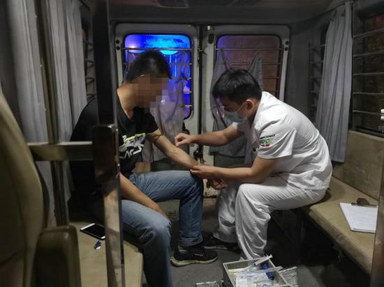 对查到的酒驾司机进行血液检查 供图/昌平交通支队沙河大队