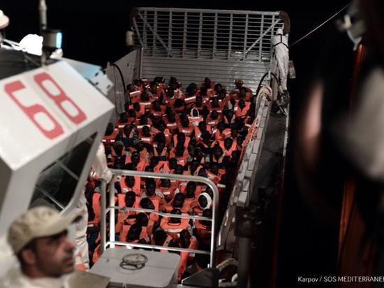 救援船上挤满难民 图自:人道主义组织SOS MEDITERRANEE