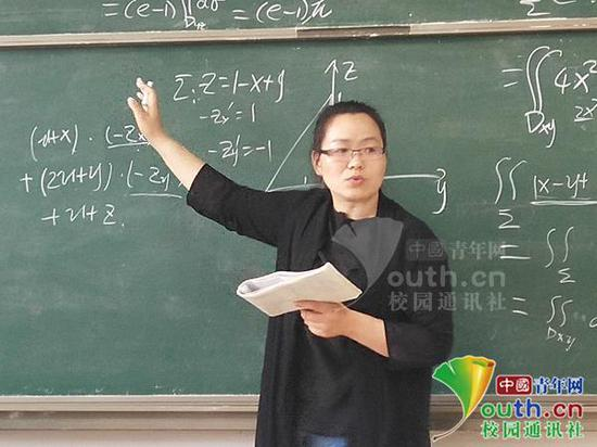 图为王娟老师正在上课。中国青年网通讯员 纪德元 摄