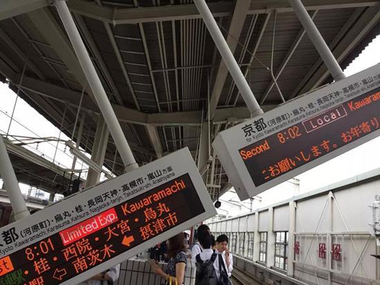 车站月台掉落的显示器