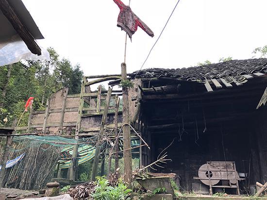 冒尖村一村民房屋已经垮塌,但仍未获得易地搬迁名额。 本文图均为 澎湃新闻记者 彭渝 图