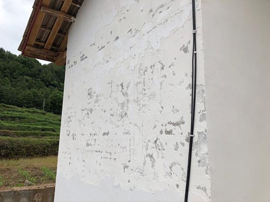 竣工不到五个月的安置新房已经出现墙皮掉落、漏水等质量问题。