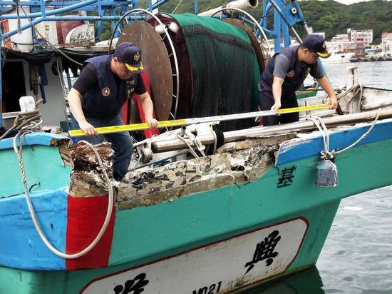 图为被撞台湾渔船返港。(来源:联合新闻网)