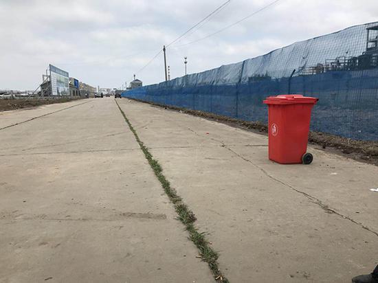 掩埋化工废料的污染地块已被蓝色防护网围住。 澎湃新闻记者 邱海鸿 图