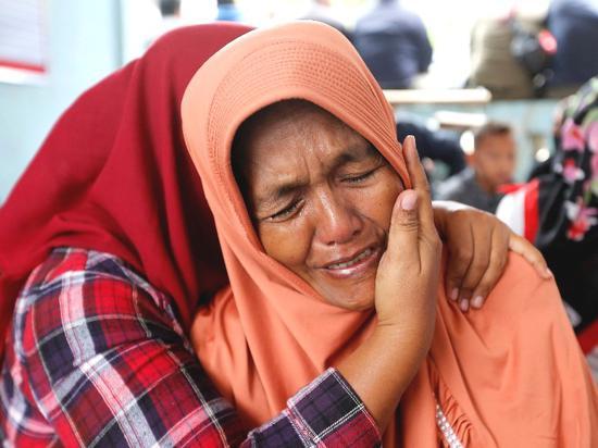 6月19日,在印度尼西亞北蘇門答臘省,失蹤人員的親屬悲痛不已。(新華/路透)