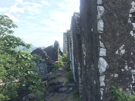"""""""独山寨""""山顶有废弃的石屋,韦郎在此杀害两个幼女后,把遗体藏在附近的石缝里。"""
