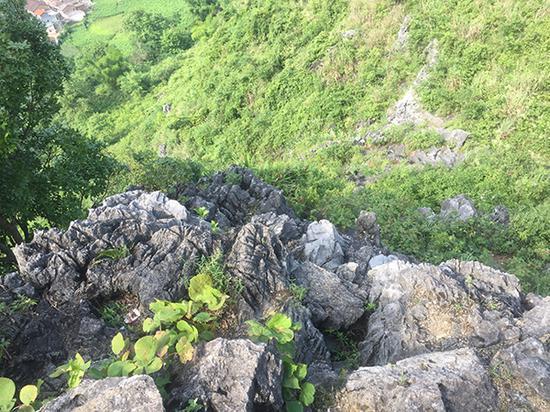 """上""""独山寨""""的路很难走,有时得沿石攀登,相当危险。"""