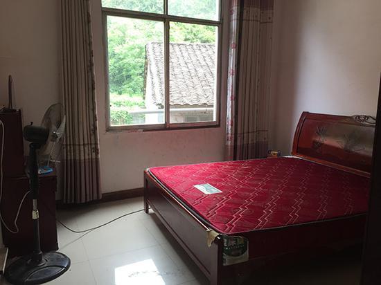 韦乐一家四口此前居住的房间,房间已被清理,通过窗户可望见韦乐作案的山顶。