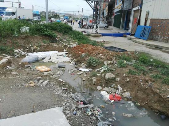生活污水直排,屋边沟渠粪污随处可见