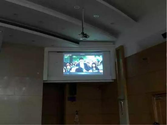 活动现场播放法制片《沉重的代价》,寓执于教,震慑敦促被执行人履行