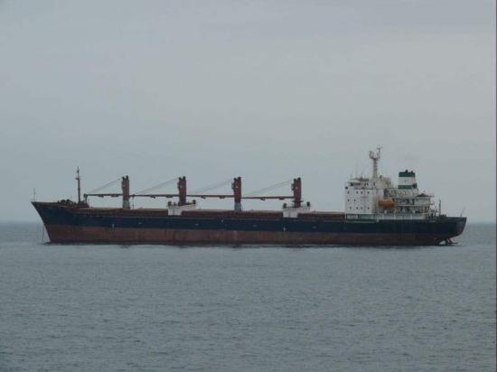 图为在海上航行的远洋货船