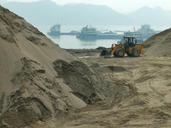 长江边的采砂场。视觉中国 资料图