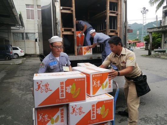 图为台军向产地采购木瓜,专车搬运省下配送费。(来源:联合新闻网)