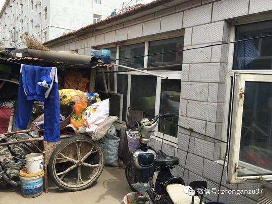 6月5日,卢家人在张北县城的住处,案发后他们不敢回村里和县城的住房,闫德粉带着两个孩子和老母亲蜗居在此。新京报记者高敏摄