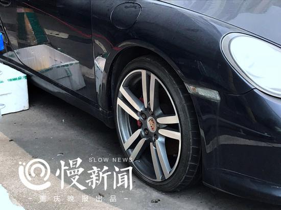 保时捷Boxter S的轮胎已经漏气塌陷