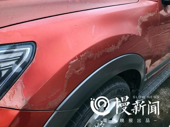 起亚霸锐的车身外漆已经脱落