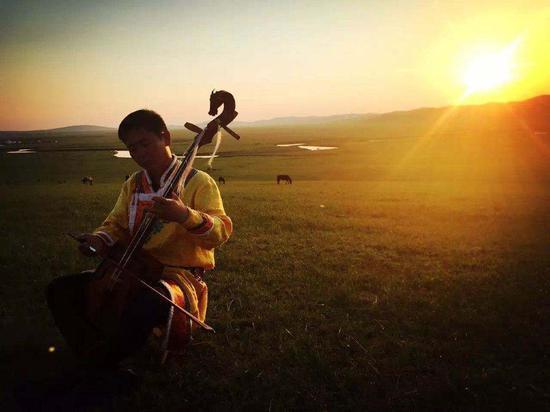 夕阳下的演奏