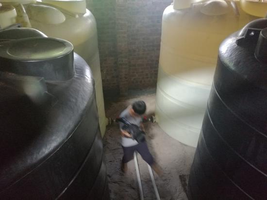 水源二级保护区内危险化学品仓库贮存大量盐酸
