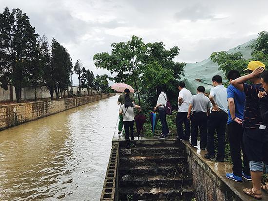 督察组在云南玉溪市玉溪大河沿岸巡河。
