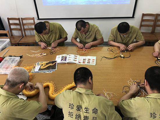 在上海市强制戒毒所内,戒毒人员在制作手工艺品。