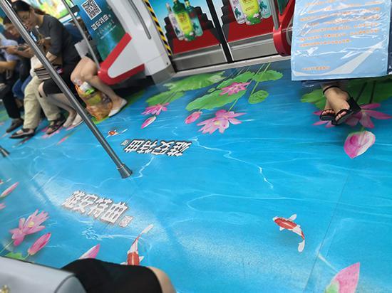 """""""雄安特曲""""白酒广告出现在石家庄地铁车厢内。 网友供图"""