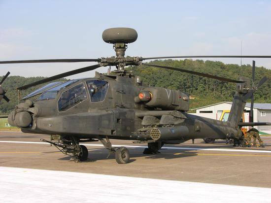 """静态展示的驻韩美军AH-64""""阿帕奇""""武装直升机。"""