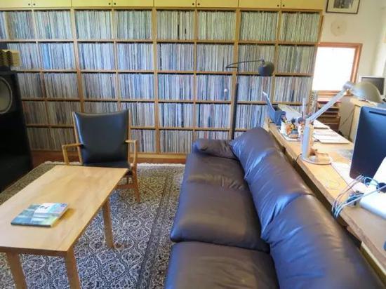 村上君家里的黑胶收藏,右侧就是他写作的书桌。