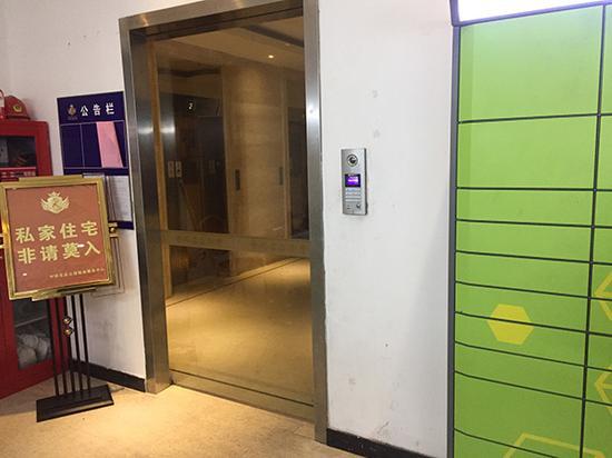 """进入小区需要刷卡,黄小妮称当时身穿""""饿了么""""制服的男子站在这个门口。 澎湃新闻见习记者 李佳蔚 图"""
