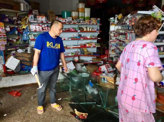 曾金善开的超市遭海水倒灌。澎湃新闻记者 杨亚东 摄
