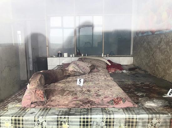 卢九林的房间,他在床上被害。