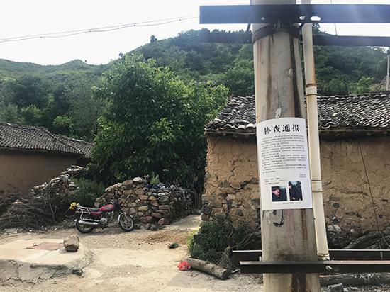 王力辉被抓获后,村子里仍张贴着他的通缉令。