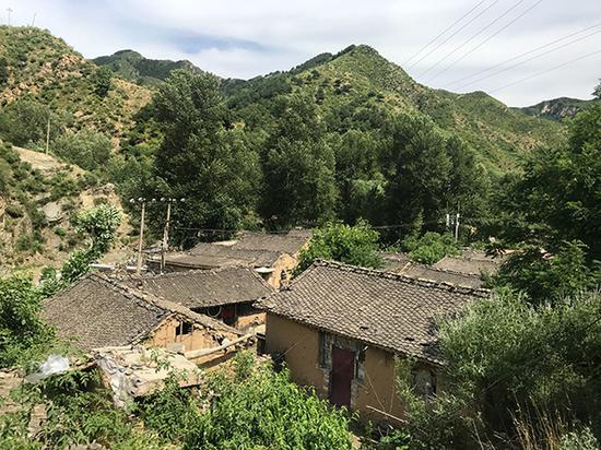 群山环绕的女儿沟村。