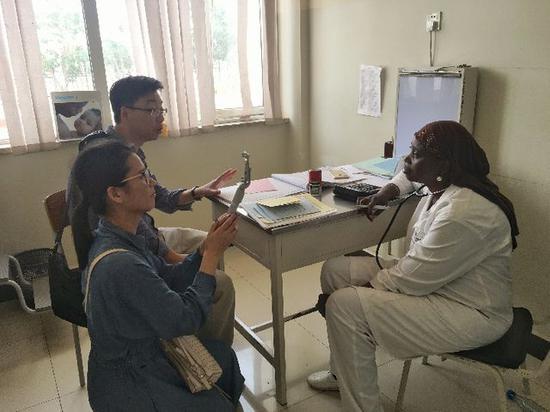 2018年7月18日,中国援建塞内加尔儿童医院医生娜菲·法尔在就诊室承受记者采访。(新华社记者蒋国鹏摄)