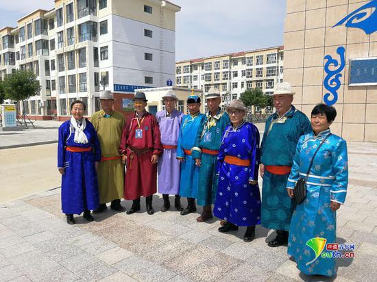 黄德才老人与同嘎查的老人们一起在爱祺乐牧民养老园区内合影。中国青年网记者王晓芸 摄