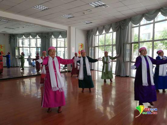 爱祺乐牧民养老园区内的老人们在进行歌舞表演。中国青年网记者王晓芸 摄