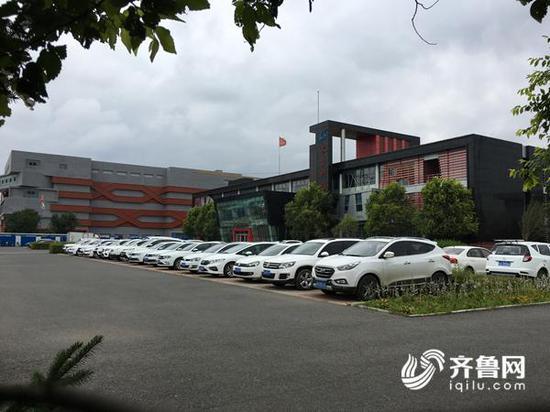 7月25日上午,记者再次探访长生生物,厂内的停车场上停着数十辆车。齐鲁网记者 张伟 摄