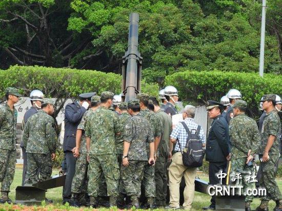 事后台军礼炮营检查卡弹原因(图片来源:中评社)