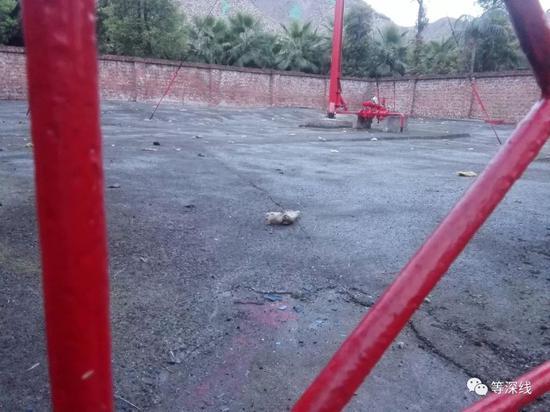 海丰广场旁的天然气泄气站内地面上,遍布本次爆炸飞过来的石棉碎片。此处距离爆炸点400米左右。 《等深线》记者 程维 摄影