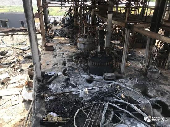本次爆炸的第二车间二楼,右下角一些零碎变色钢件覆盖的坑状处,即为爆炸的反应器所在位置。 《等深线》记者 程维 摄影